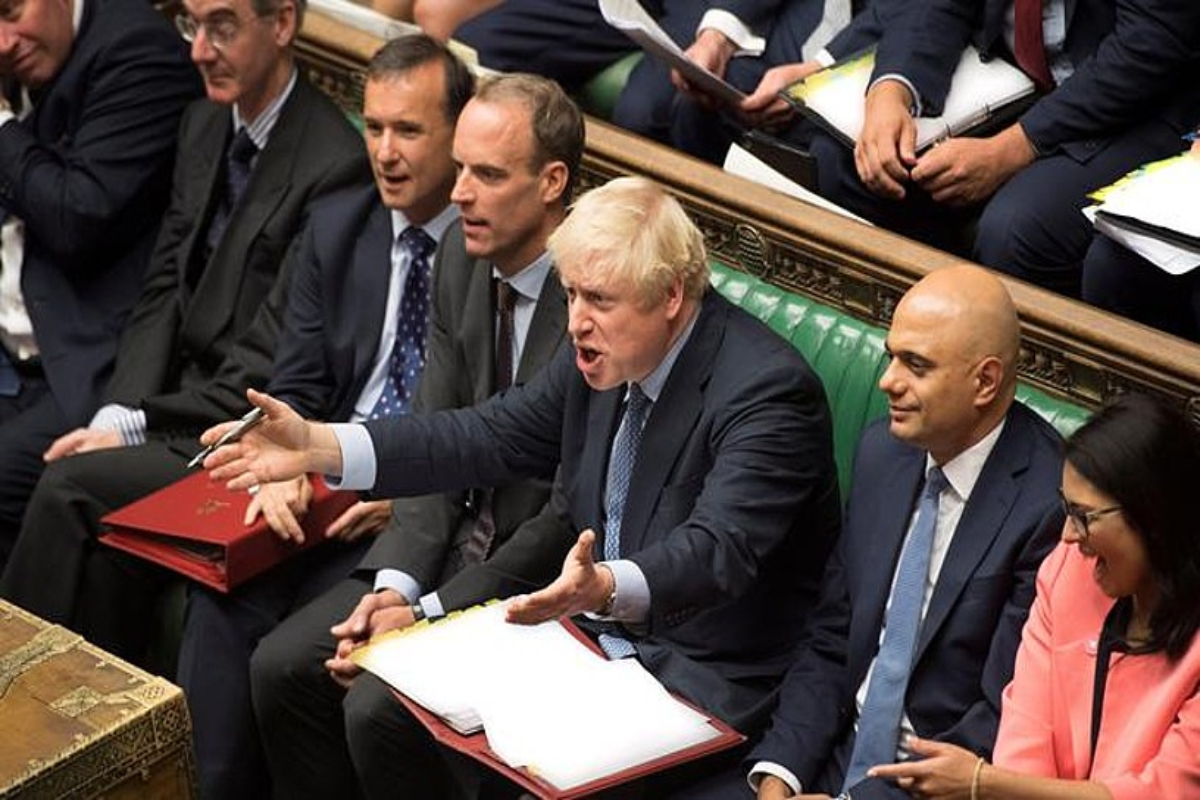 Boris Johnson Erresuma Batuko lehen ministroa keinuka, Jeremy Corbyn Alderdi Laboristako burua hitz egiten ari zenean, atzo, parlamentuan. ©JESSICA TAYLOR / EFE