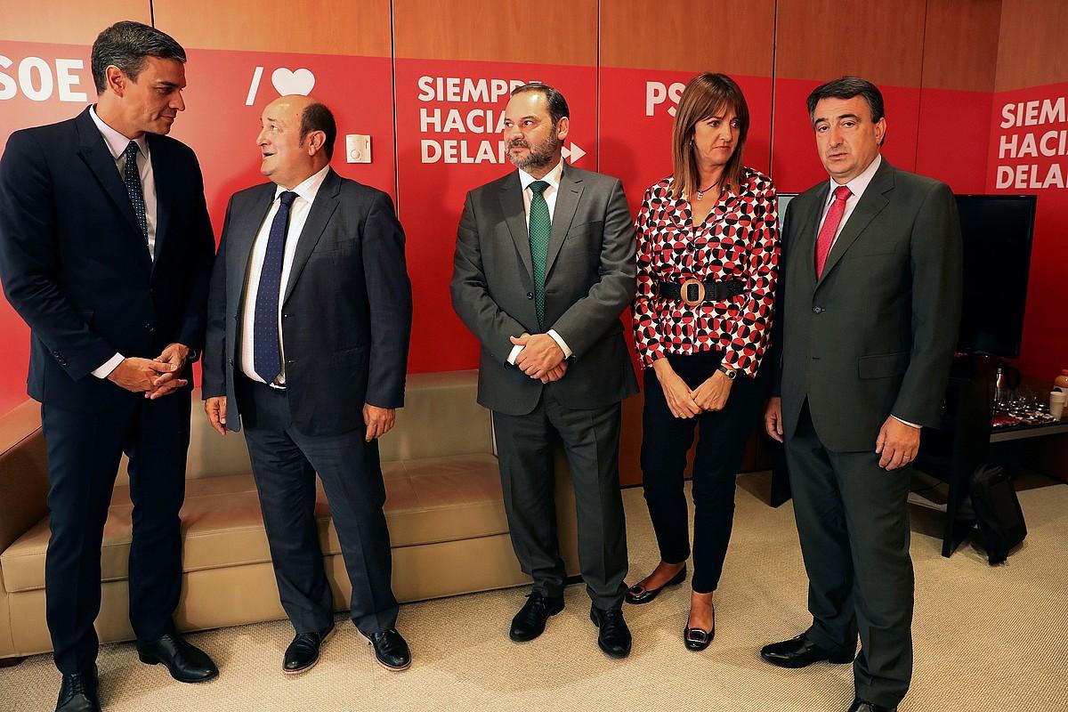 Pedro Sanchez, Andoni Ortuzar, Jose Luis Abalos, Idoia Mendia eta Aitor Esteban, atzo, bilera hasi aurretik. ©KIKO HUESCA / EFE