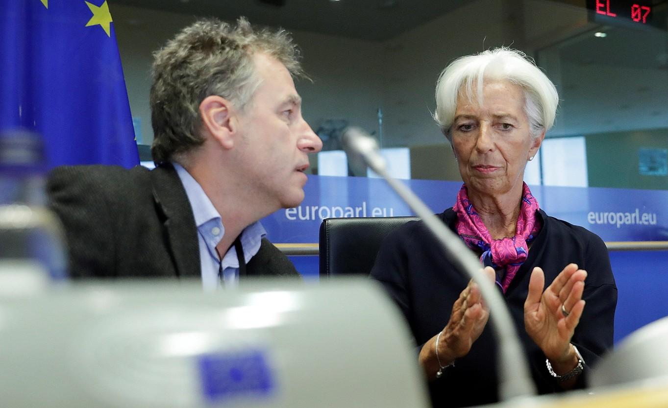 Lagarde —eskuinean— galderak erantzuten, atzo, Bruselan. ©OLIVIER HOSLET /EFE