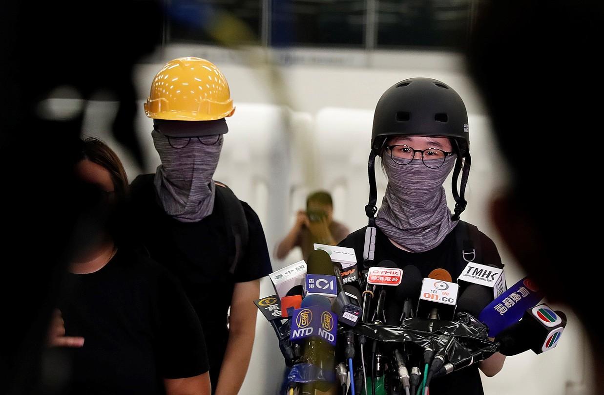 Protestarien bi ordezkari, gobernadorearen erabakiaren balorazioa egiten, atzo. ©JEON HEON-KYUN / EFE