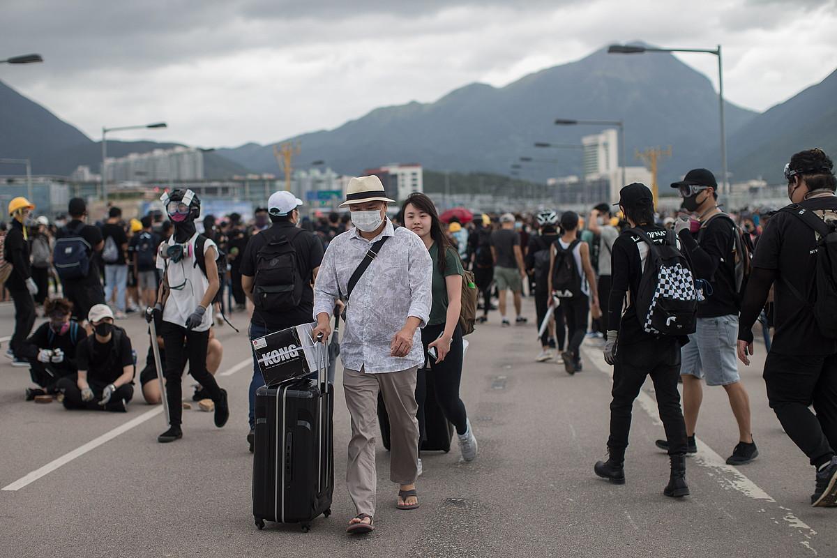 Demokraziaren aldeko manifestariek Hong Kongeko nazioarteko aireportuko ateak itxi zituzten igandean. ©JEROME FAVRE / EFE