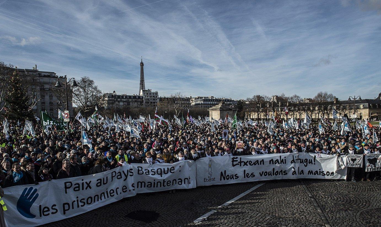 Euskal presoen askapena eskatzeko manifestazio bat egin zuten 2017ko abenduan, Parisen. ©MARISO RAMIREZ / FOKU