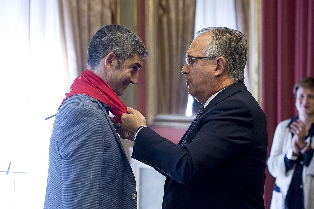 Enrique Maia Iruñeko alkatea Alberto Undiano Mallenco arbitro ohiari Iruñeko Zapia janzten. ©IÑIGO URIZ / FOKU