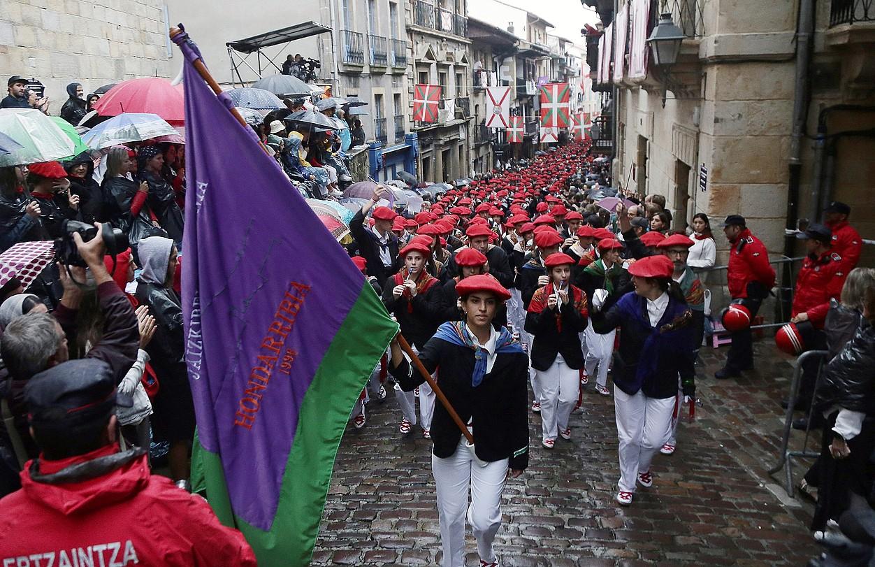 Jaizkibel konpainiaren desfilean mila bat lagunek parte hartu zuten igandean. Irudian, Kale Nagusia.