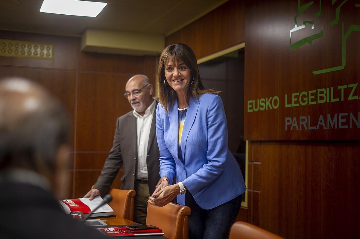 Idoia Mendia, PSE-EEko legebiltzarkideen aurrean egindako agerraldian, atzo, Gasteizen. ©JAIZKI FONTANEDA / FOKU