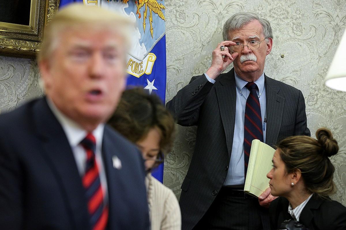 Bolton Trumpi begira Etxe Zurian, artxiboko irudi batean. ©OLIVER CONTRERAS / EFE