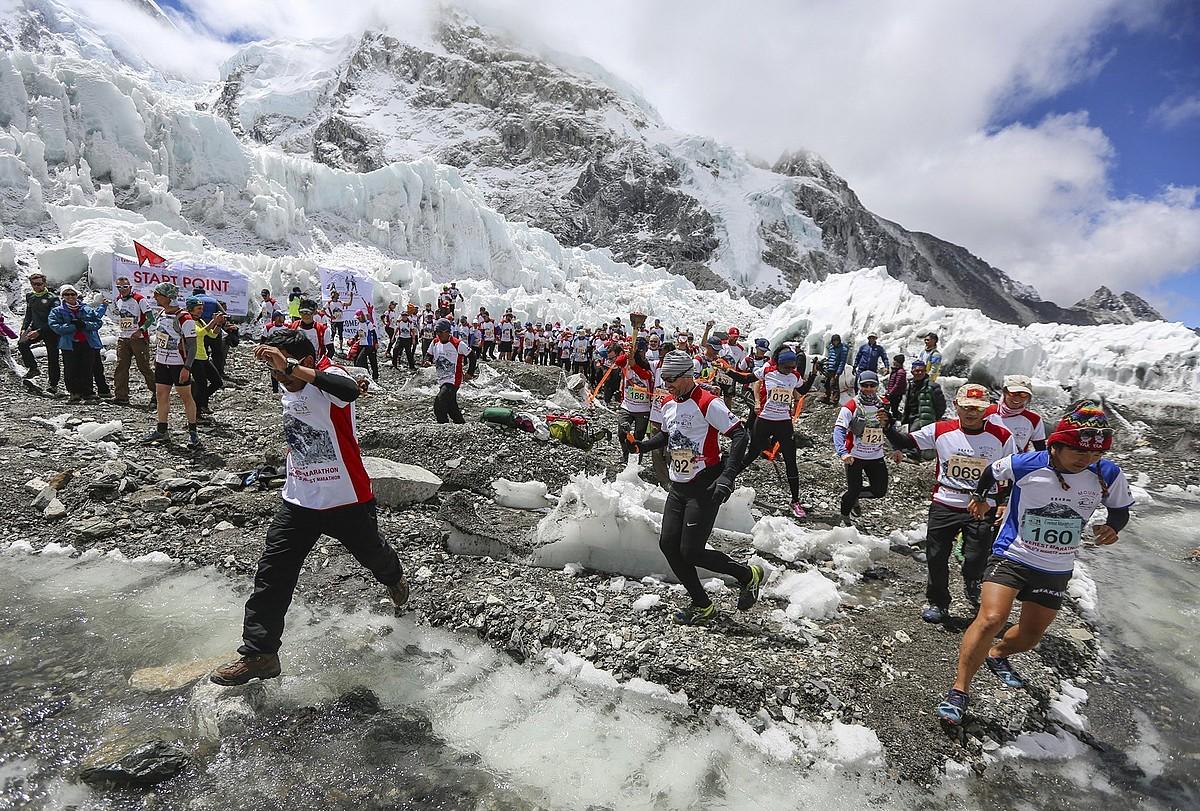 Jendetza. Korrikalariak Everesteko maratoi batean. ©HIMALAYAN EXPEDITION HANDOUT / EFE