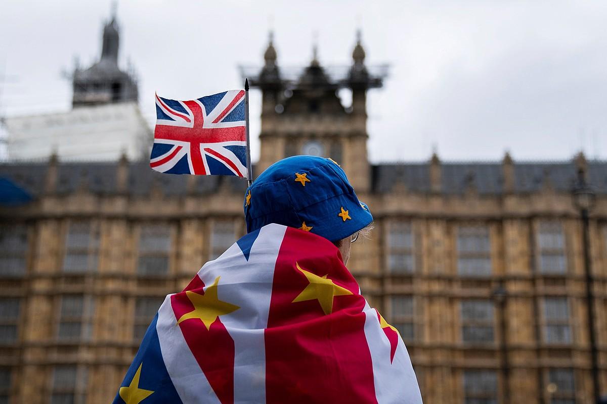 <em>Brexit</em>-aren aurkako protesta egin zuten atzo Erresuma Batuko parlamentuaren kanpoan, Londresen. ©WILL OLIVER / EFE