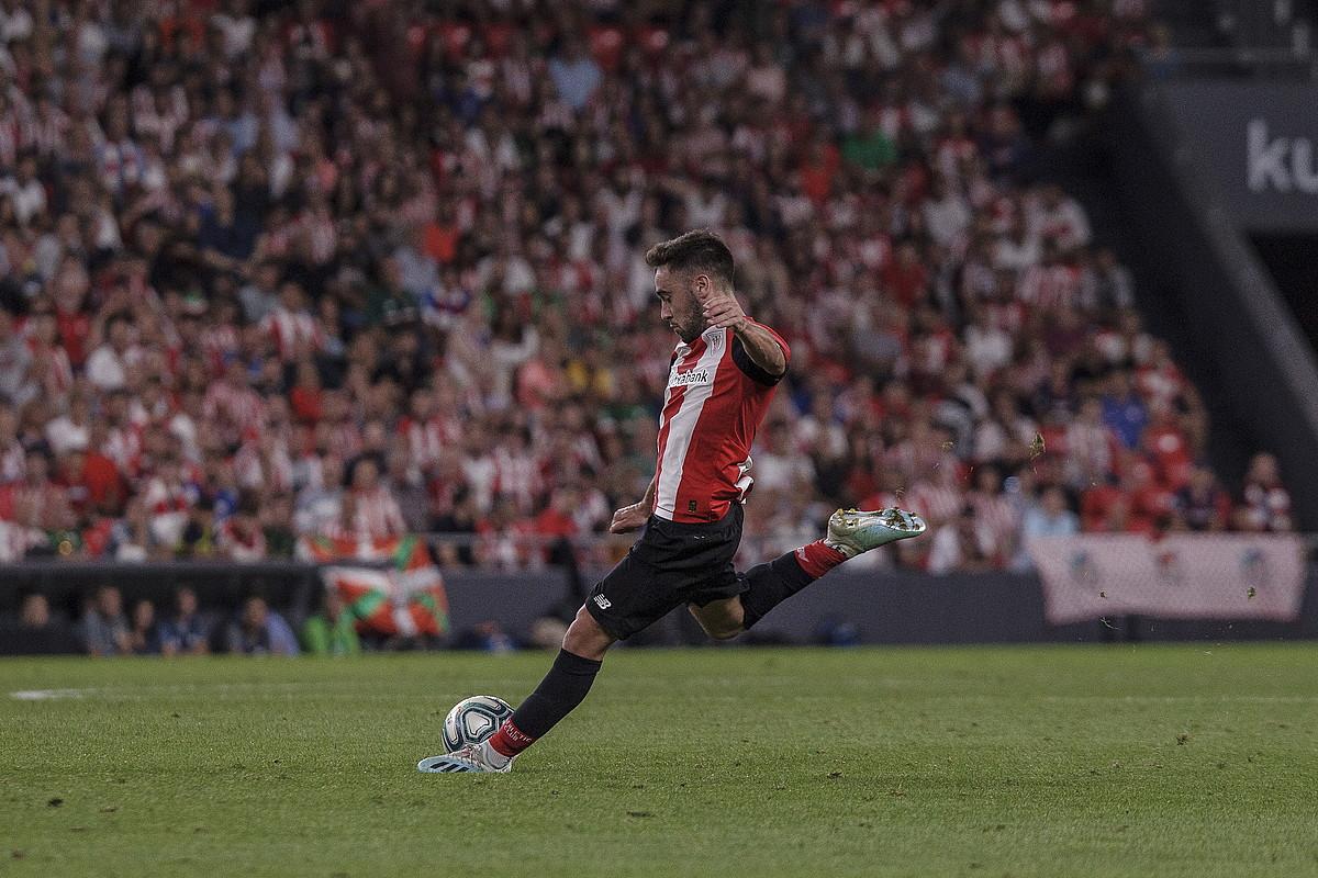 Unai Lopez, jaurtitzeko prest, Athleticek eta Bartzelonak San Mamesen jokatutako partidan. ©ARITZ LOIOLA / FOKU