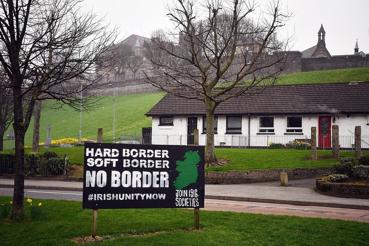 <em>Muga gogorra, muga biguna, mugarik ez. Irlandaren batasuna orain</em> protesta mezua, Irlandako mugan. ©NEIL HALL / EFE