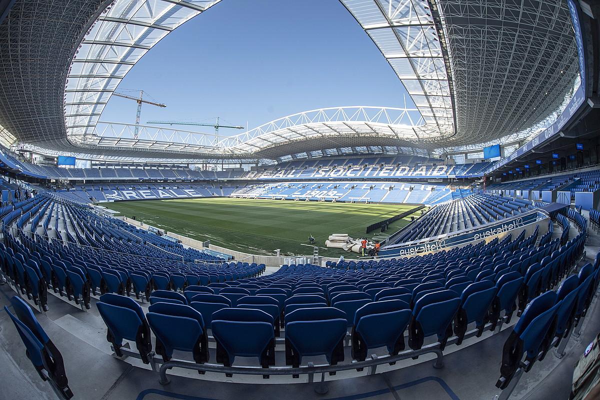 Estadio eraberritua. Anoeta berriak ez du pistarik, eta lehen baino 7.000 ikusle gehiago sartuko dira orain: 39.500 inguru. ©JON URBE / @FOKU