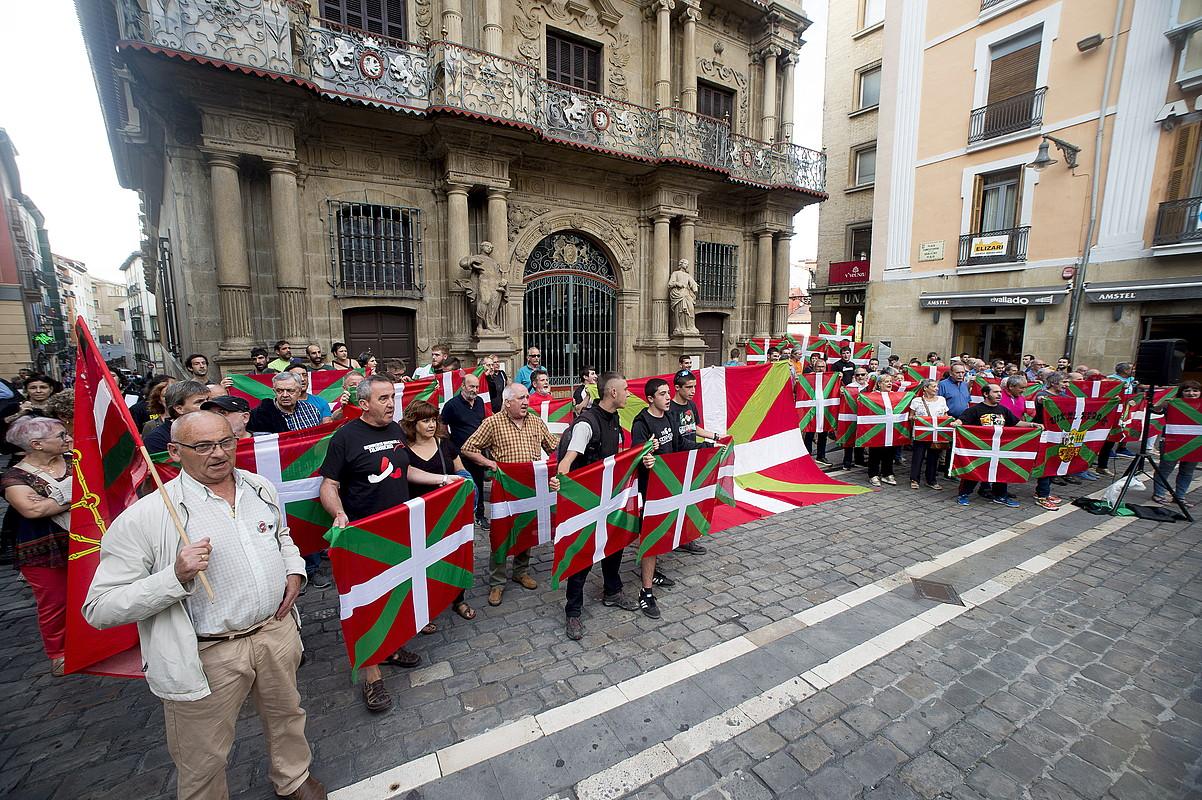 Iruñeko Udaletxe plazan atzo arratsaldean eginiko elkarretaratzea. ©IÑIGO URIZ / FOKU