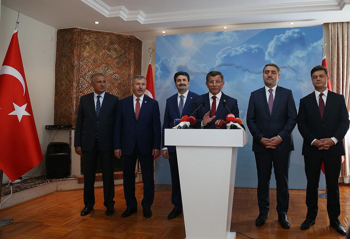 Ahmet Davutoglu Turkiako lehen ministro ohia, atzo, Ankaran, erabakiaren berri ematen.