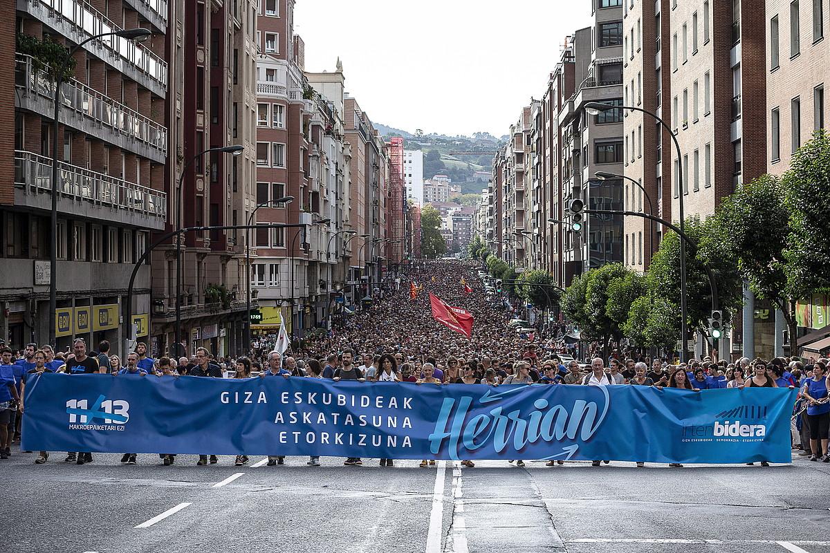 <b>Jendetza.</b> Autonomia kale osoa hartu zuten manifestazioan abiatu zirenek. ©ARITZ LOIOLA / FOKU