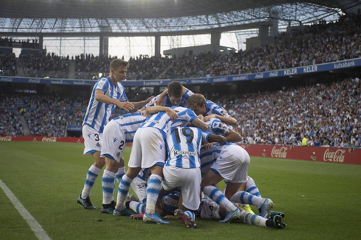 <b>Poza.</b> Realeko jokalariak elkarri besarkatuta, lehen gola ospatzen. ©JUAN CARLOS RUIZ / FOKU