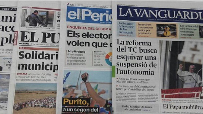 Katalunian irakur daitezkeen egunkarietako batzuk, artxiboko irudi batean.
