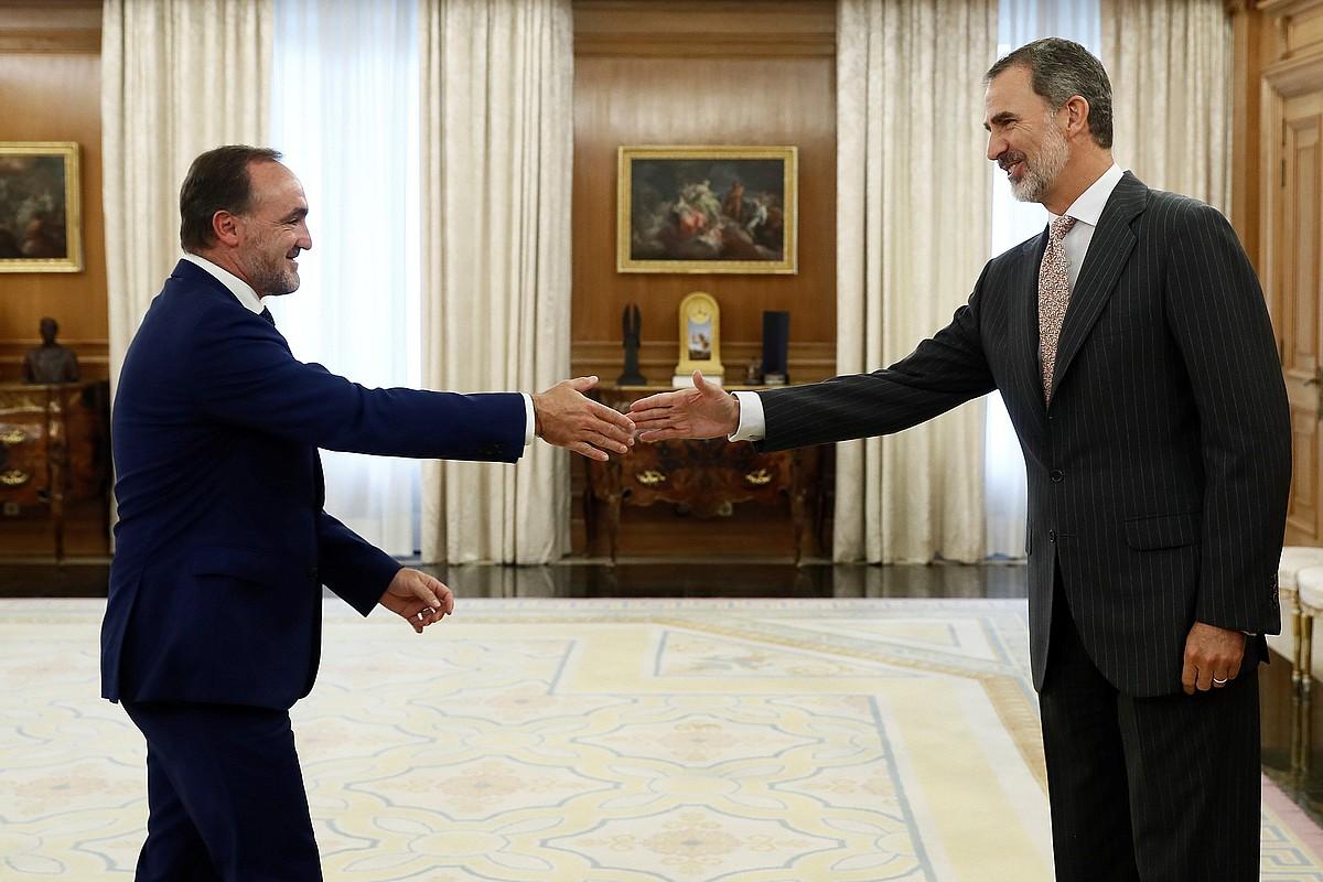 Javier Esparza UPNko presidentea atzo batzartu zen Felipe VI.arekin, Espainiako estatuburua inbestidurari begira egiten ari den bilera sortaren barruan. ©S. M. / EFE