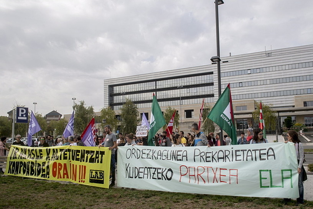 ELA eta LAB sindikatuek Hezkuntza Sailaren aurrean atzo goizean eginiko protesta. ©JUANAN RUIZ / FOKU
