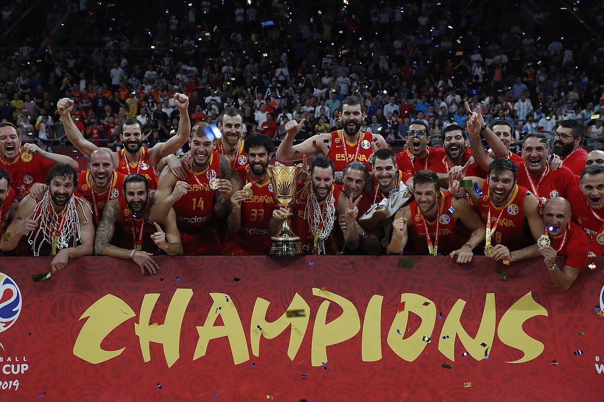 Espainiako saskibaloi selekzioko jokalariak, munduko txapelketako trofeoarekin. ©ROMAN PILIPEY / EFE