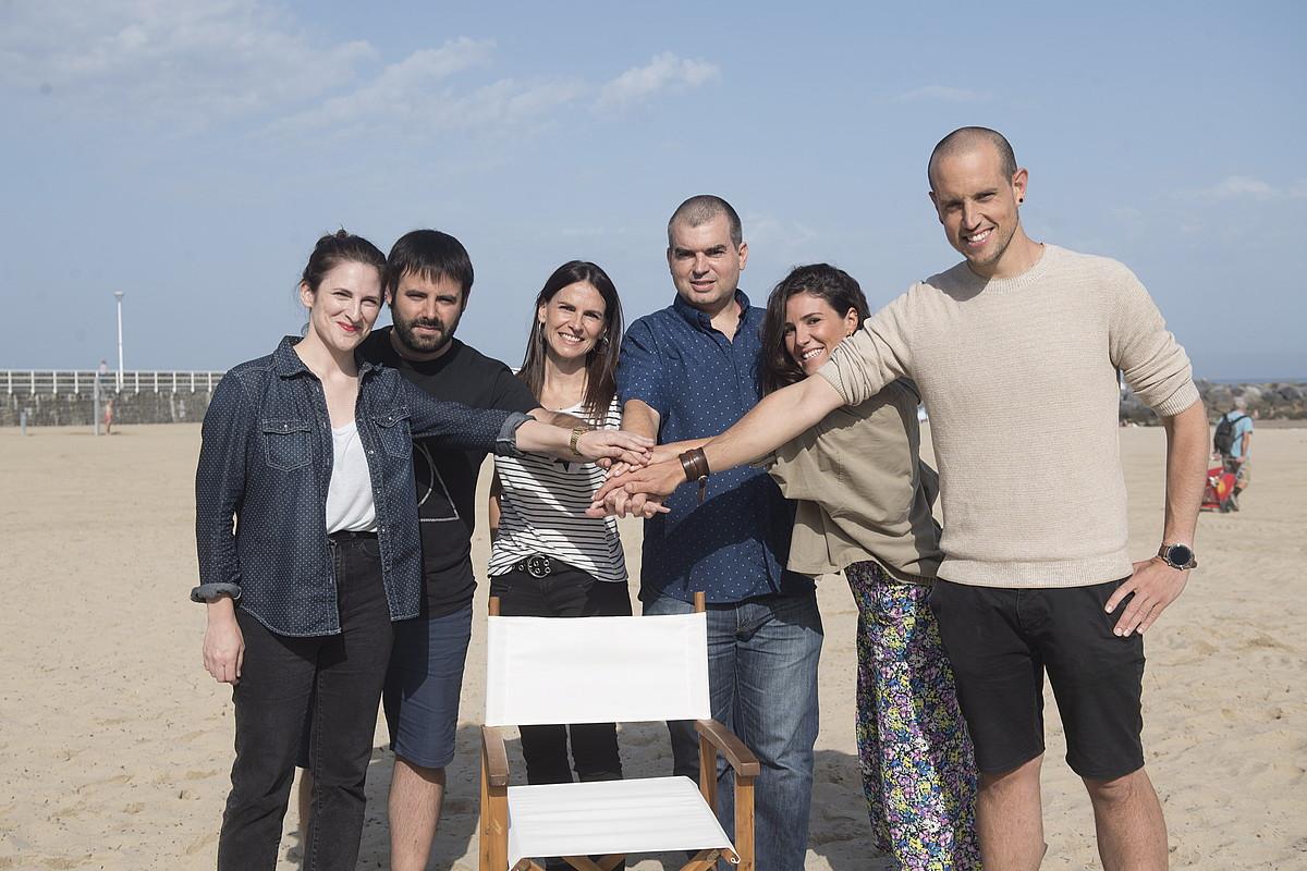 Nerea Lizarralde eta Inaxio Esnaola (<em>Irutxuloko Hitza</em>), Anabel Arraiza (Hamaika), Urtzi Urkizu (BERRIA), Ines Arrue (<em>Zinea.eus</em>) eta Gaizka Izagirre (<em>Gaztezulo</em>), atzo, <em>Zurriolako butaka</em>-ren aurkezpenean. ©GORKA RUBIO / FOKU