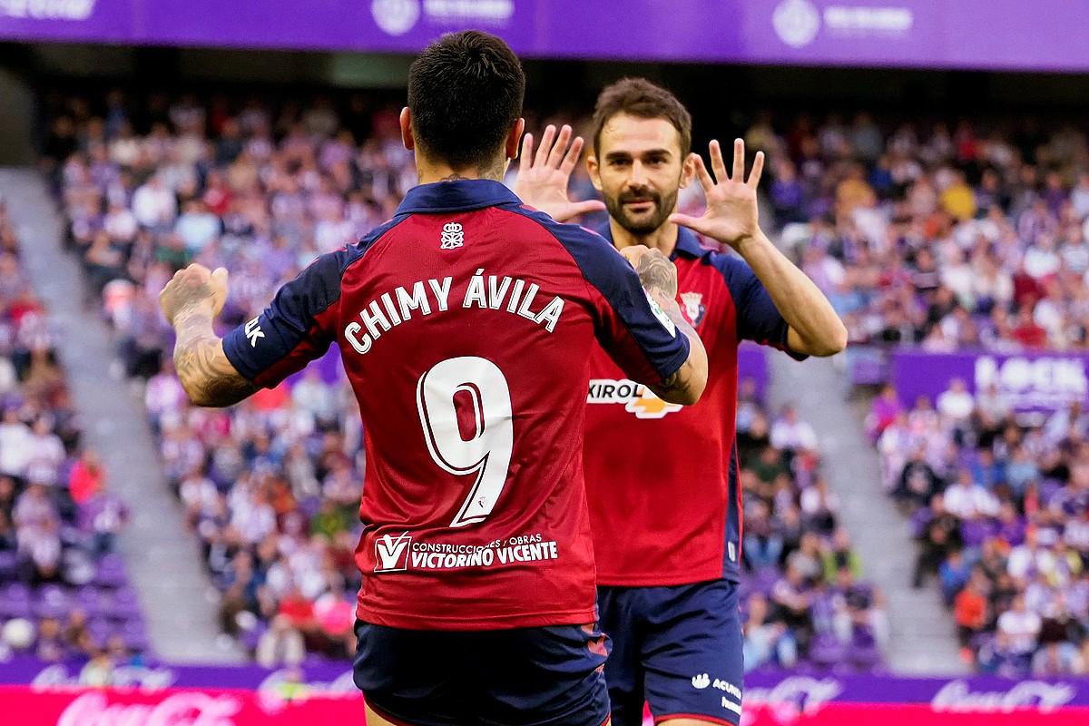 Ezequiel Avila <em>Chimy</em> eta Adrian Lopez, Osasunak Valladolidi sartutako gola ospatzen. ©R. GARCIA / EFE