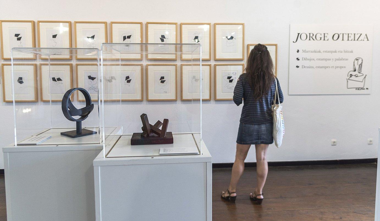 Artistaren marrazkiak, estanpak, testuak eta dozena bat eskultura daude Pasai Donibaneko erakusketan. ©ANDONI CANELLADA / FOKU