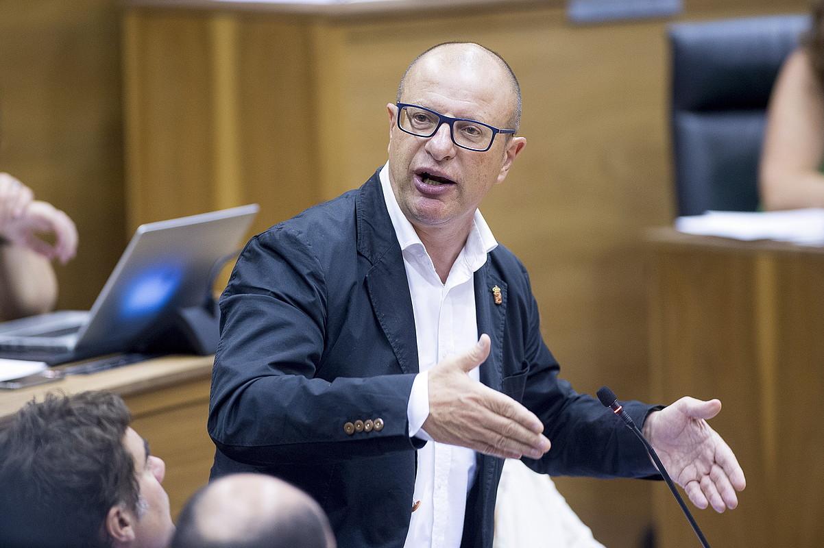 Carlos Gimeno Hezkuntza kontseilaria, parlamentuan.