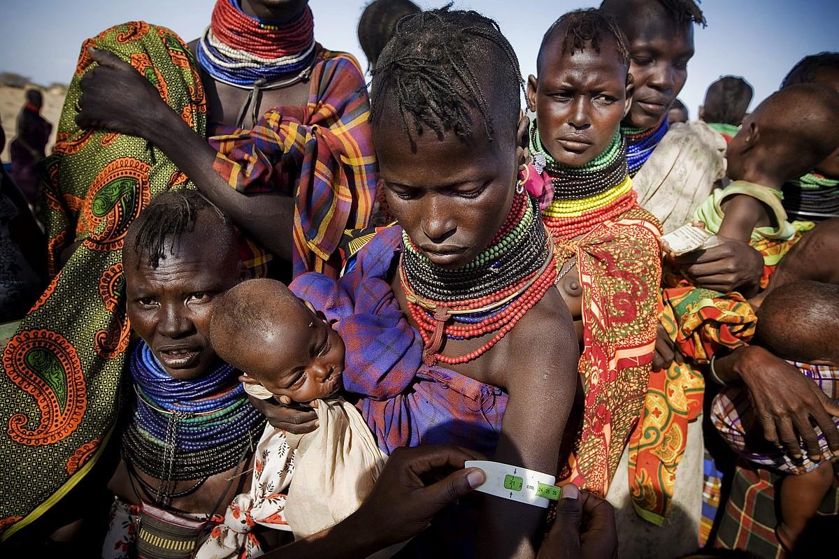 Ama talde bat euren seme-alabekin, Lodwarren (Kenia), artxiboko irudi batean. ©KATE HOLT / UNICEF HANDOUT / EFE
