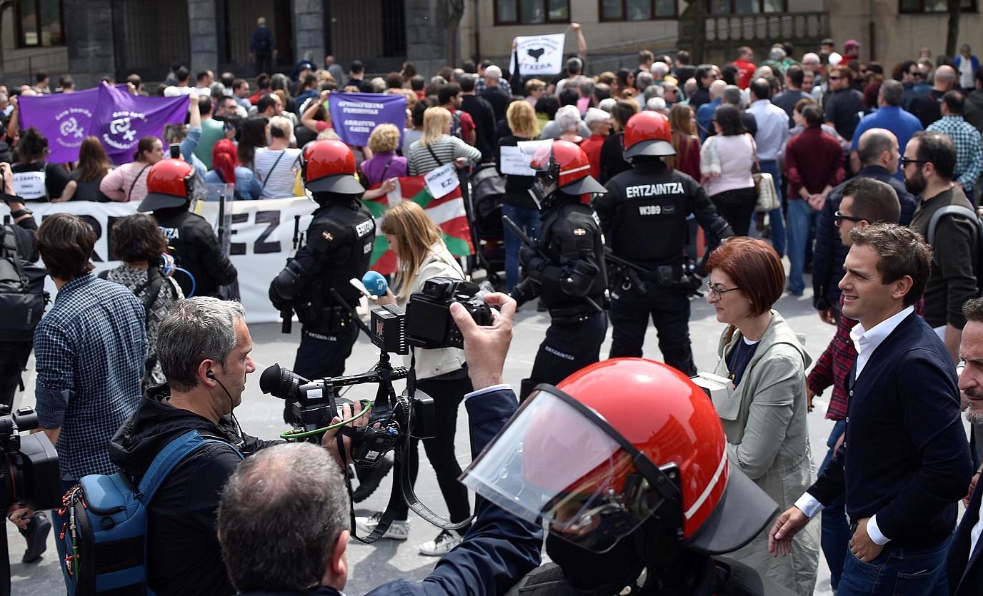 Ciudadanosen Ugaoko (Bizkaia) ekitaldiaren aurkako protesta. ©MIGUEL TOÑA / EFE