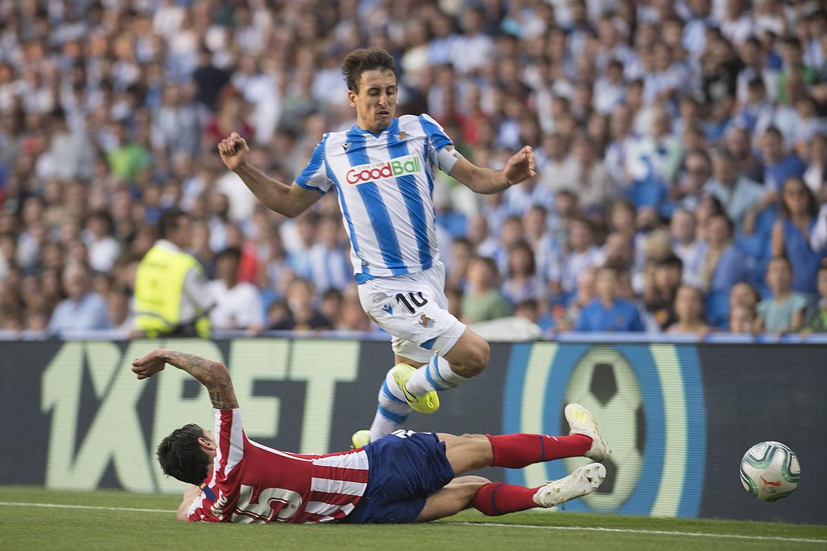 Mikel Oiartzabal Realeko jokalaria Atletico Madrileko atzelari bat gainditzen, aurreko jardunaldiko lehian. ©J. C. RUIZ / FOKU