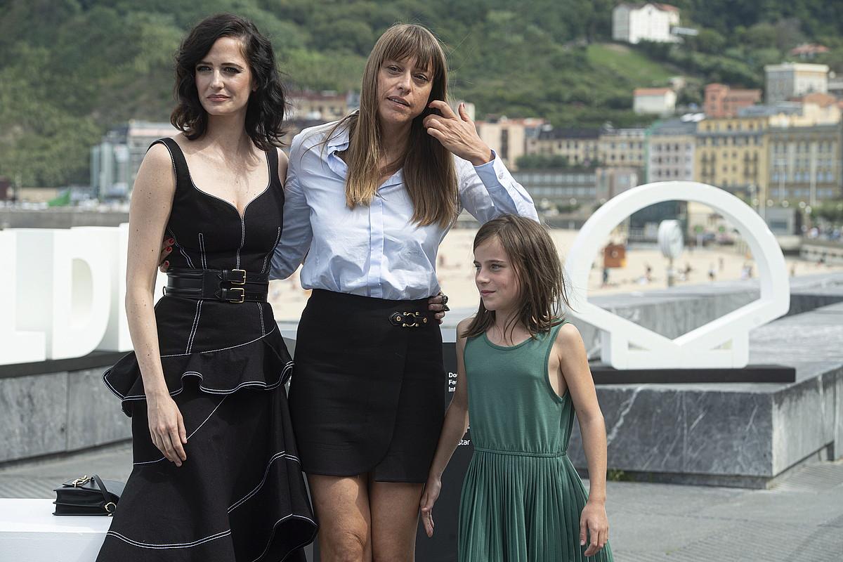 Alice Winocour zinemagilea (erdian), Eva Green eta Zelie Boulant-Lemesle aktoreekin, atzo, Donostian. ©JON URBE / FOKU