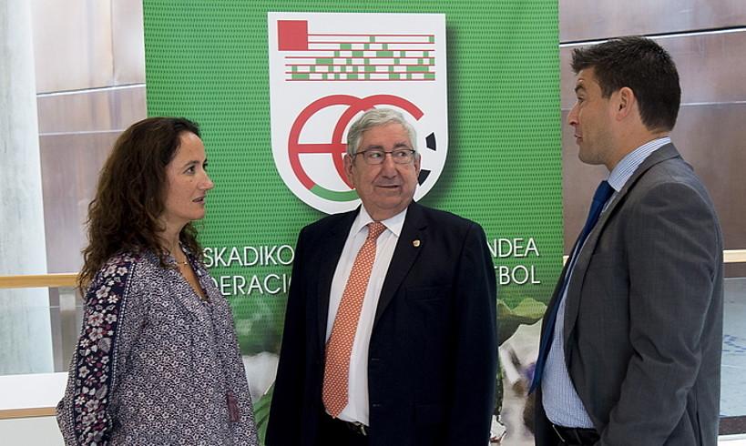 Luis Mari Elustondo, erdian, Euskadiko Futbol Federazioko ordezkariekin batera, atzo, Bilbon. ©LUIS JAUREGIALTZO / FOKU