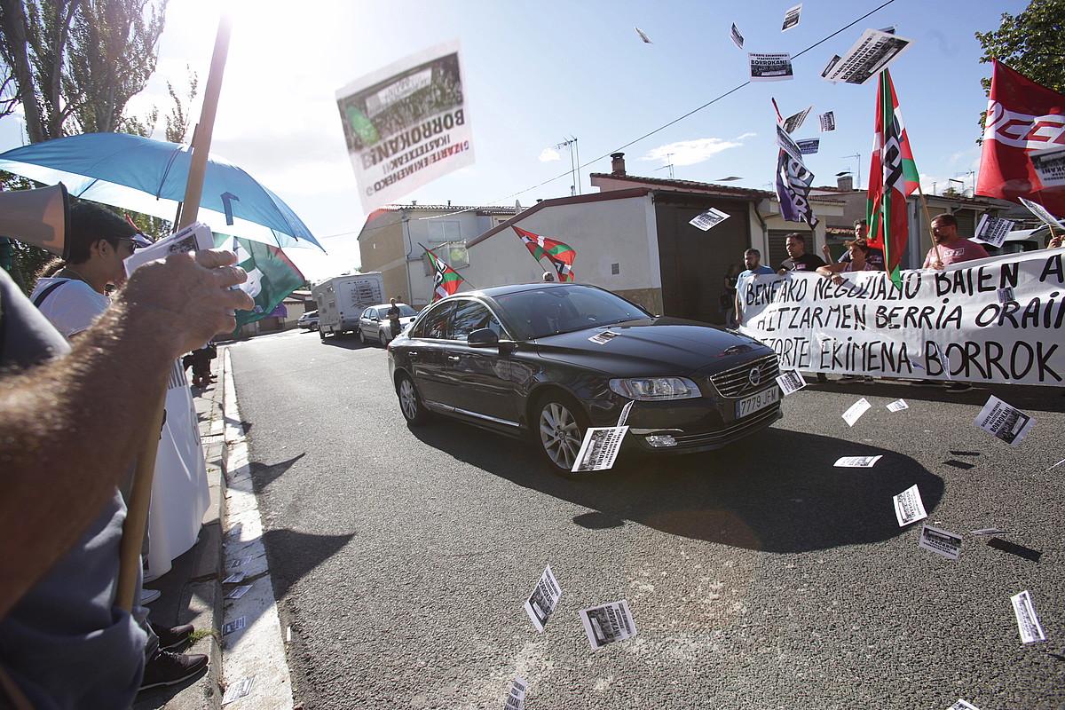 Sindikatuen protesta, atzo, Kristau Eskolaren ekitaldian. ©ENDIKA PORTILLO / FOKU
