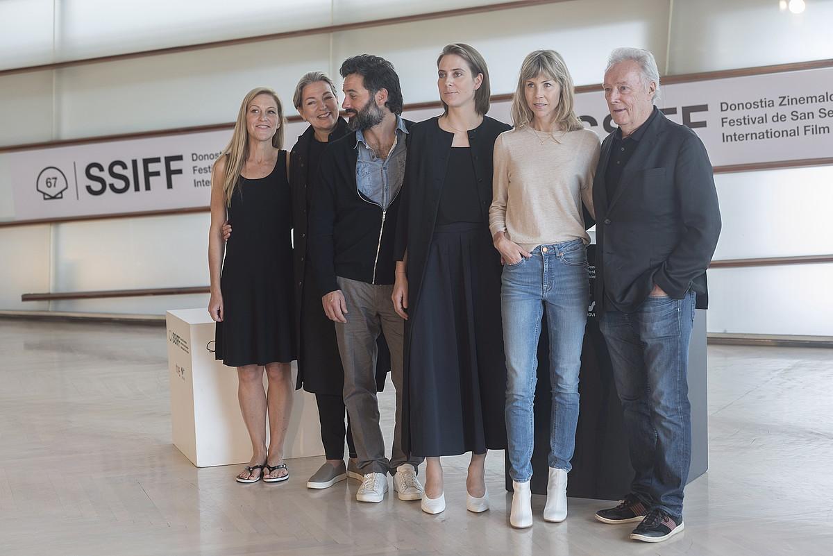 Louise Archambault—eskuinetik bigarrena—, filmeko hainbat aktorerekin eta ekoizleekin, atzo. ©ANDONI CANELLADA / FOKU