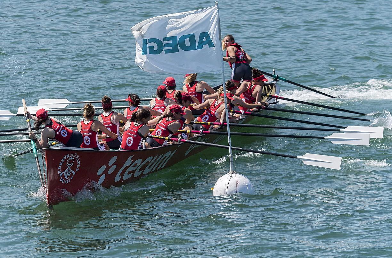 Deustuko trainerua Adegi bandera jokatzen, artxiboko irudi batean. ©GORKA RUBIO / FOKU