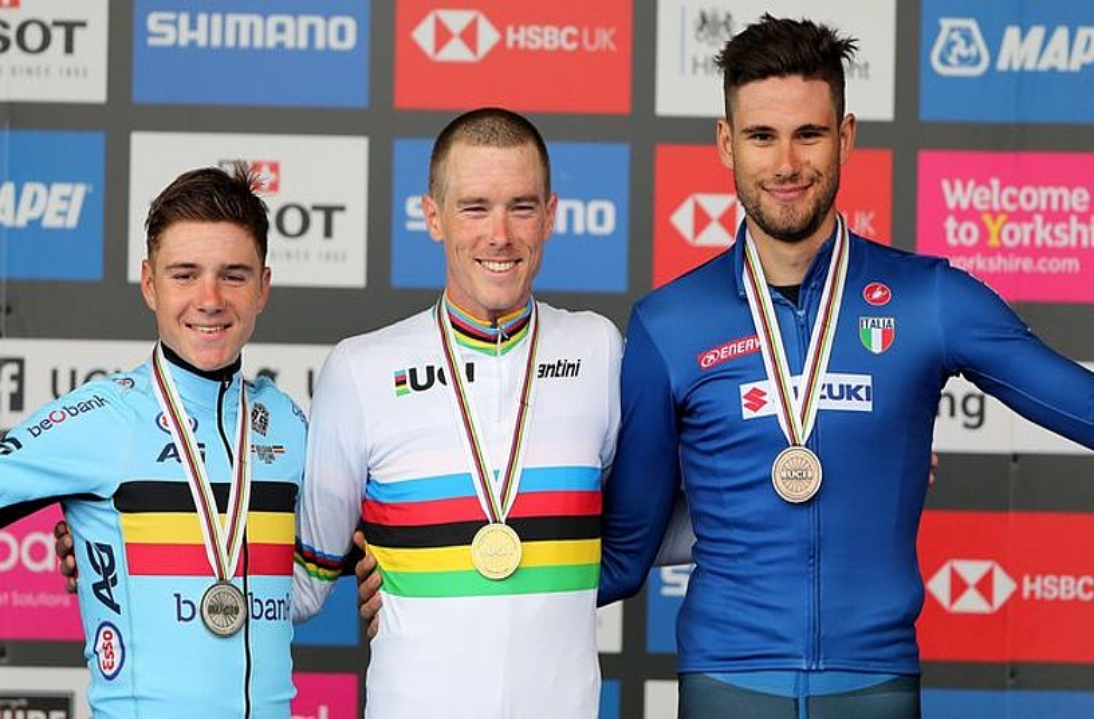 Remco Evenepoel, Rohan Dennis eta Filipo Ganna, podiumean, atzo, Harrogaten. ©NIGEL RODDIS / EFE