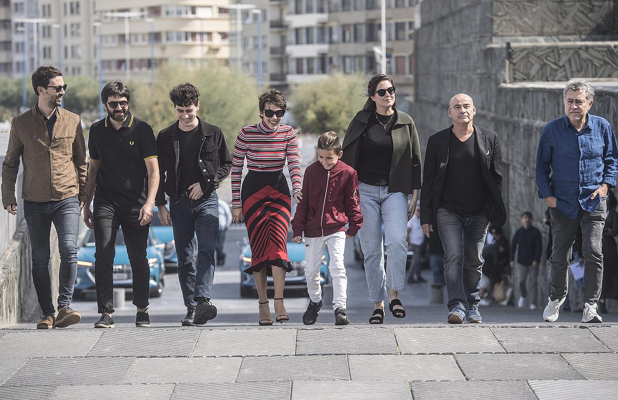 Belen Funes zinemagilea (hirugarrena eskuinetik), <em>La hija de un ladr�n</em> filmeko lantaldearekin, atzo, Donostian. ©JAGOBA MANTEROLA / FOKU