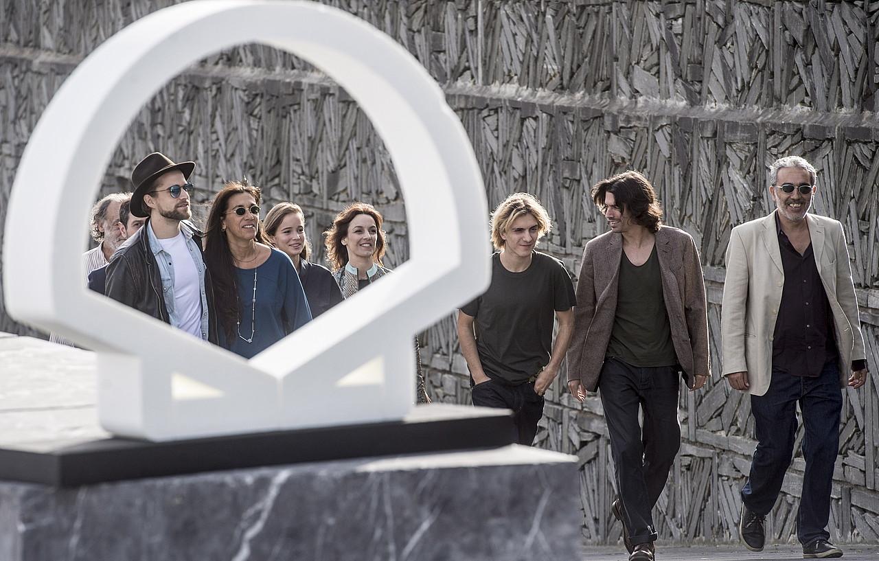 Gonçalo Waddington (bigarrena eskuinetik), <em>Patrick</em> filmeko lantaldearekin, atzo, Donostian. ©JAGOBA MANTEROLA / FOKU