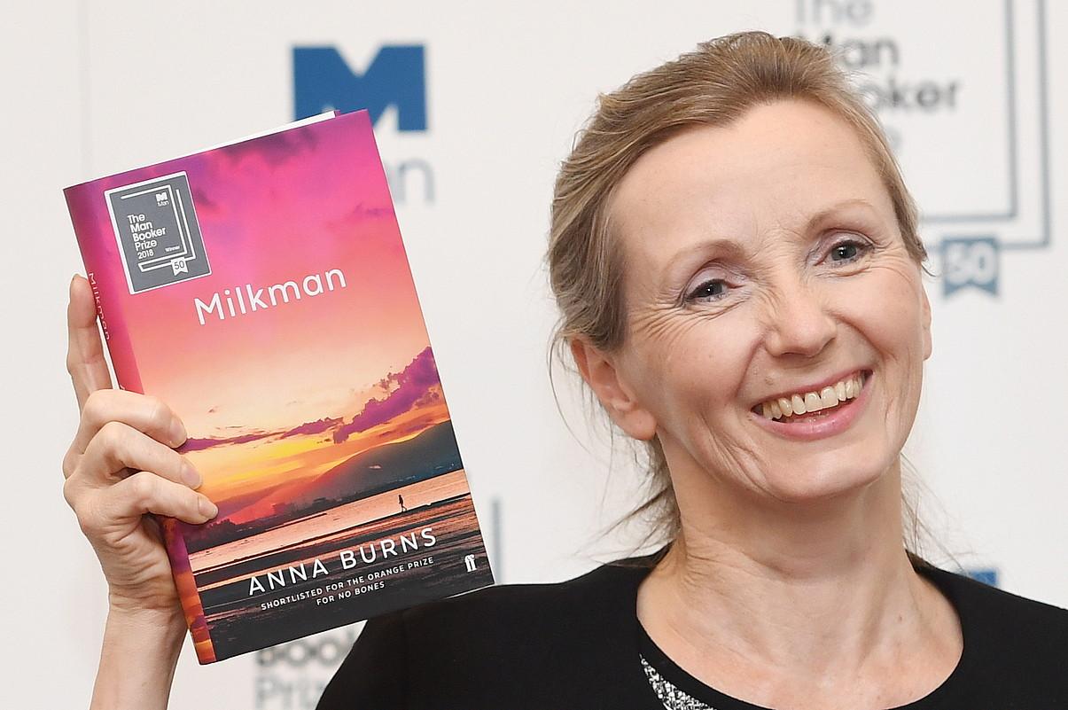 Anna Burns idazle irlandarra, <em>Milkman</em> nobela eskuetan duela, Booker saria jaso berritan, joan den urtean, Londresen. ©FACUNDO ARRIZABALAGA / EFE