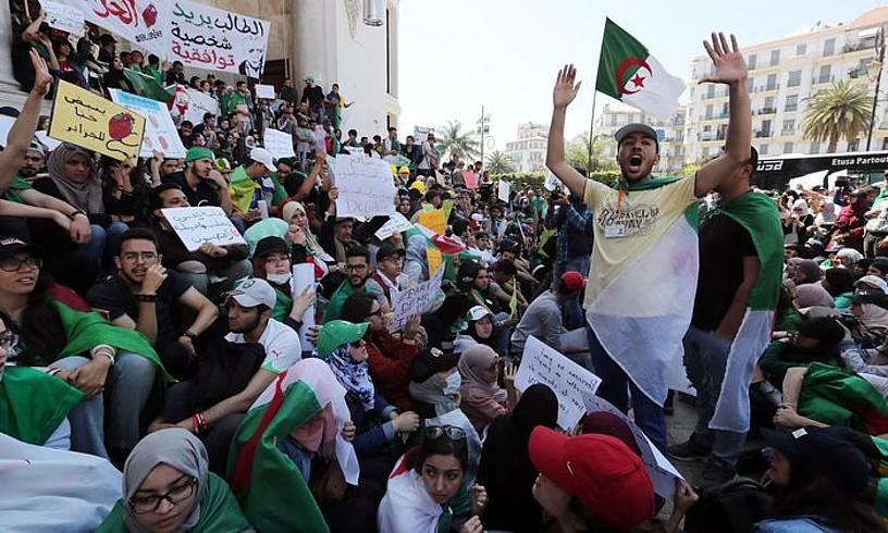 Ikasle talde bat gobernuaren aurkako protestetan, Aljerren, iragan maiatzean. ©MOHAMED MESSARA / EFE