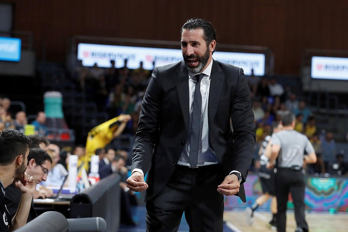 Alex Mumbru Bilbo Basketeko entrenatzailea, haserre, haren taldeak iragan astean Tenerifen jokaturiko partidan. ©C. G. / EFE