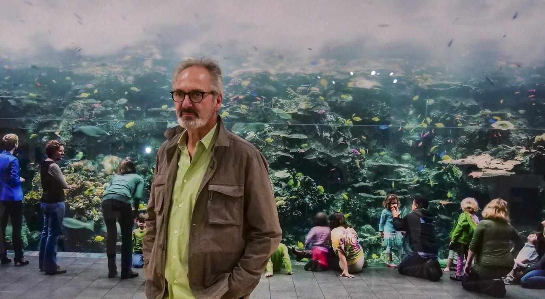 Thomas Struth argazkilaria, Bilboko Guggenheim museoak ireki dion atzera begirakoan, atzean bere artelanetako bat daukala.