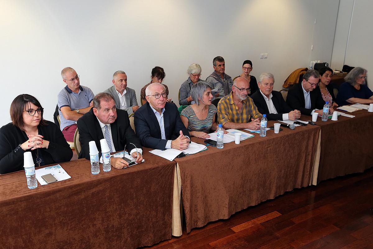 Ipar Euskal Herriko ordezkaritza eta Bake Bideako kideak bakegileekin batera, atzo, Miarritzen egin zuten prentsaurrekoan. ©BOB EDME
