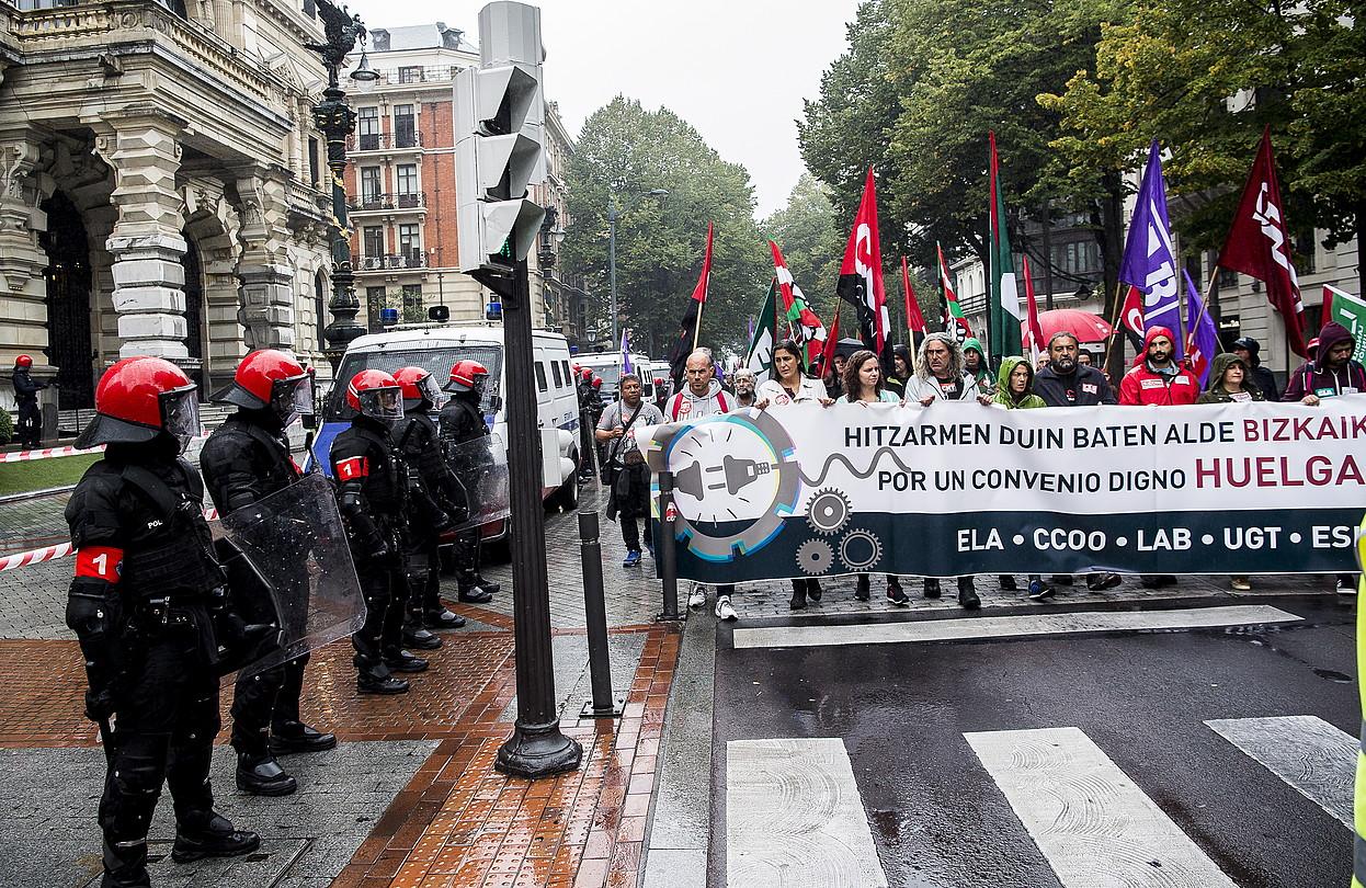 Ertzainen presentzia nabarmena izan zen atzoko manifestazioan. Irudian, Bizkaiko Aldundiaren egoitza parean. ©L. J. / FOKU