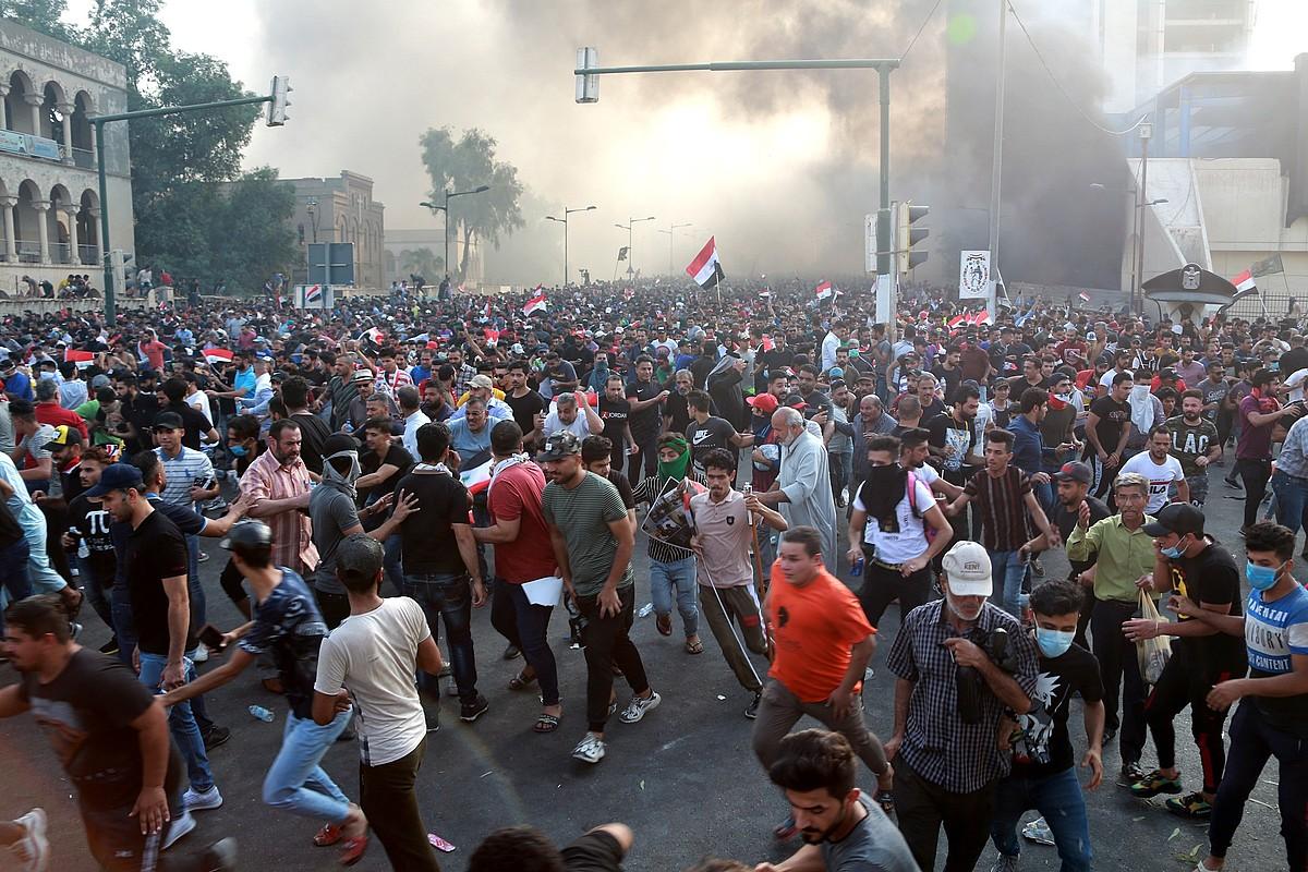 Herritarrak manifestazio batean, Bagdaden, asteartean, Poliziak negar egiteko gasa jaurti zuen unean. ©AHMED JALIL / EFE