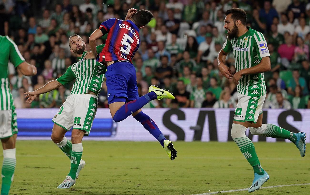 Canales Betisekoak jokaldi honetan egin zion atzo penaltia Escalanteri. ©JULIO MUÑOZ / EFE