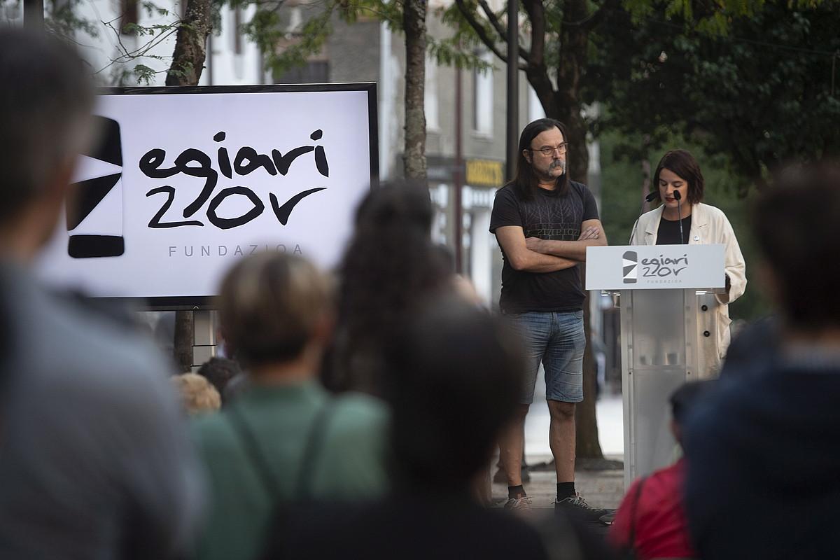 Egia Zor fundazioaern izenean hitz egin zuten Ane Muguruzak eta Mikel Salvadorrek , atzo, Hernanin egindako ekitaldian. ©JON URBE / FOKU