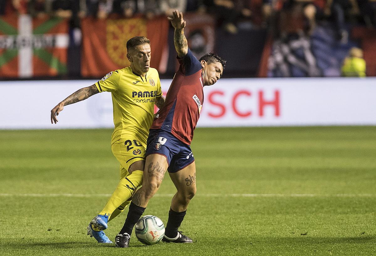 Vila-Realeko Ruben Peña eta Osasunako Chimy Avila, atzoko partidan. ©JAGOBA MANTEROLA / FOKU