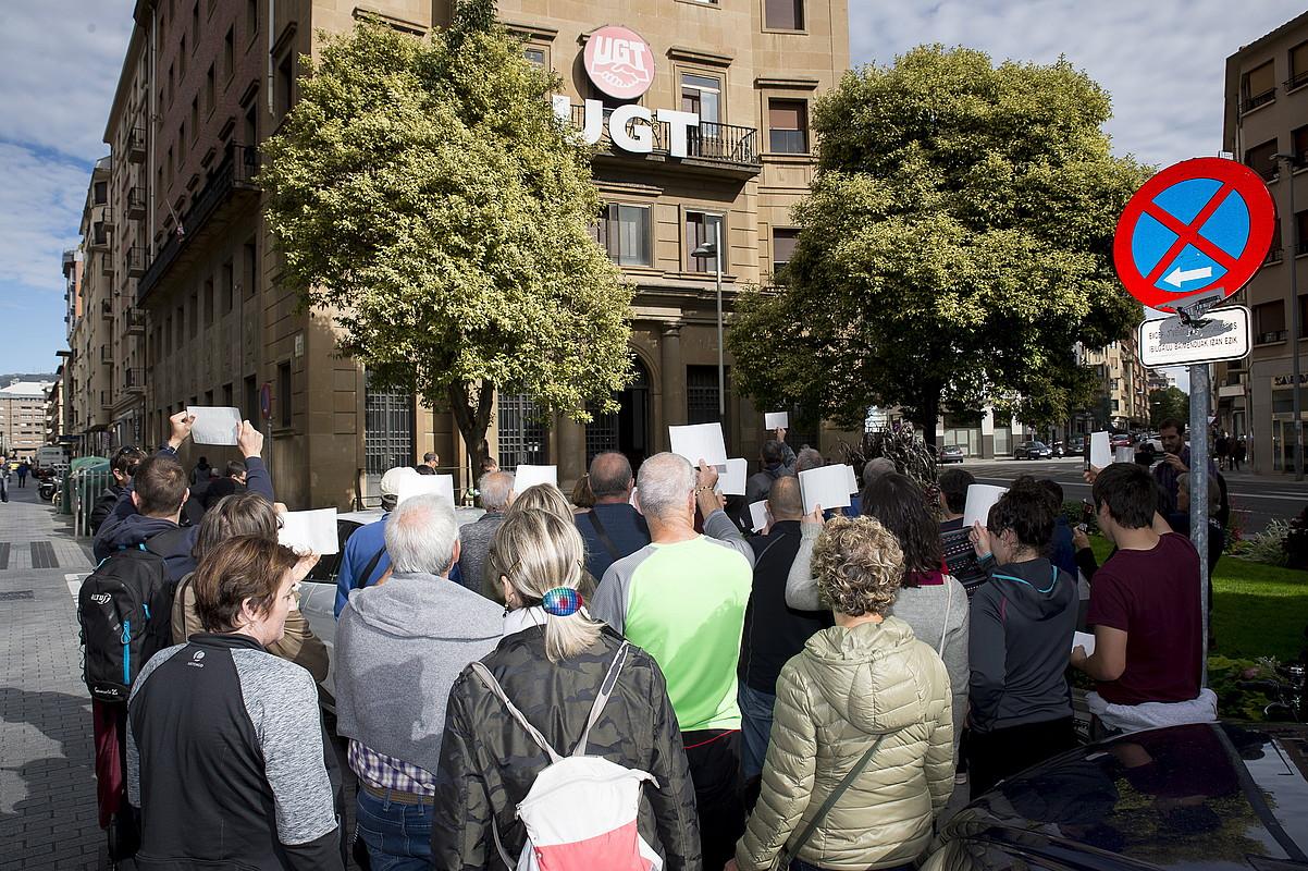 Dozenaka euskaltzale, atzo, UGT sindikatuak Iruñean duen egoitza nagusiko atarian protestan. ©IÑIGO URIZ / FOKU