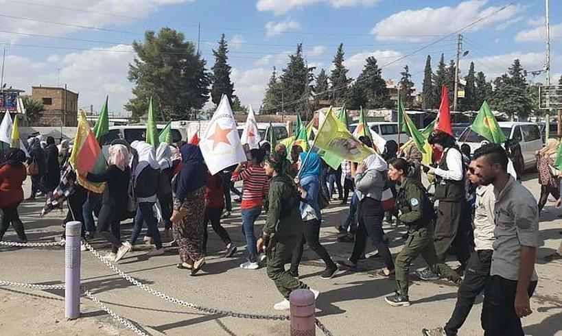 Manifestazio bat Serekaniye (Ras al-Ain) hirian, atzo, Turkiaren inbasio mehatxuaren aurka. ©AZAV EVDIKE